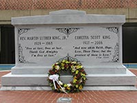 Martin Luther King's grave at the Atlanta Historical Site (© Sjkorea81, CC-BY-SA-3.0)
