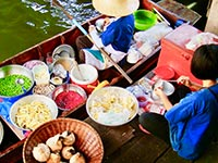 Food preparation at a Bangkok floating market (© Globe-trotter, CC-BY-ASA-3.0)