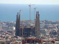 A panoramic view of Barcelona's Sagrada Familia (© year of the dragon, CC-BY-ASA-3.0).