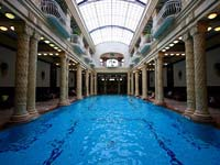 An indoor pool at the Gellert spa (© Roberto Ventre, CC-BY-ASA-2.0)