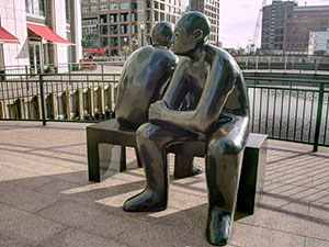 Two men on a bench, a Giles Penny sculpture (© Prioryman, CC-BY-SA.4.0)