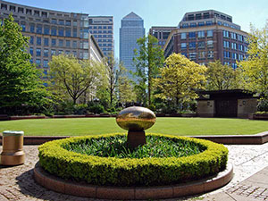 Lush grass at Westferry Circus, Canary Wharf (© MaryG90, CC-BY-SA-3.0)