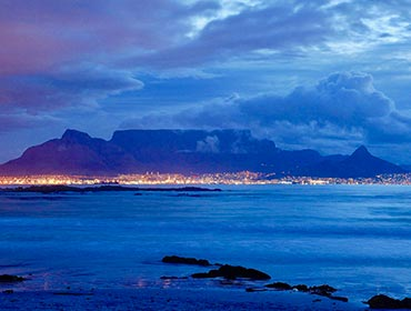 Table Mountain towers over Cape Town, South Africa (© Leo za1, CC-BY-SA-3.0)