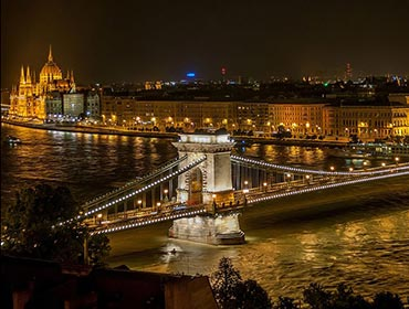 Budapest's famous chain bridge at night (© The Photographer, CC-BY-ASA-1.0)