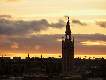 The Giralda of Seville's cathedral at sunset (© Helmeczi Magdi, CC-BY-SA-3.0)