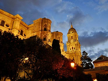 Malaga Cathedral at night (© Ricardo GRRicardo García, CC-ASA-BY-4.0)