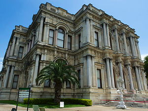 The Beylerbeyi Palace is located in the Beylerbeyi neighbourhood of Üsküdar district in Istanbul, Turkey at the Asian side of the Bosphorus.  (© Dosseman, CC BY-SA 4.0)