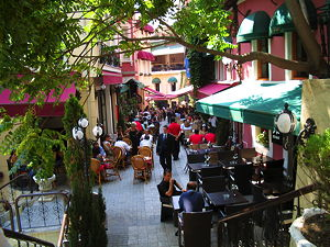 Cezayir Sokağı, also known as La Rue Française in Beyoglu, is famous for its pubs and restaurants playing live music. (© Peace01234, CC BY-SA 3.0)