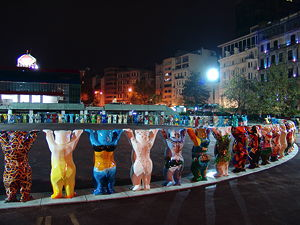 The unifying United Buddy Bears exhibition was shown at the Tepebaşı Pera Square in Beyoğlu in 2004. (© M.Öcalan, CC BY-SA 4.0)