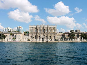 Dolmabahçe Palace as seen from the Strait of Istanbul (© DavidConFran, CC BY-SA 3.0)