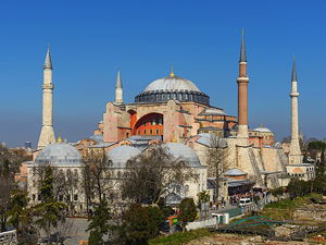 The Hagia Sophia, built in AD 537 before the Middle Ages, it was famous in particular for its massive dome. (© Arild Vågen, CC BY-SA 3.0)