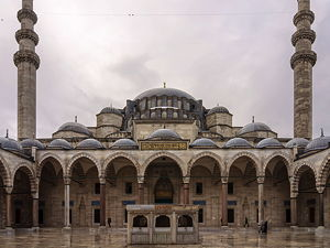 North facade with the forecourt and the central fountain at the  Süleymaniye mosque (© Myrabella, )