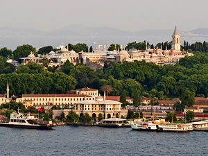 View of Topkapı Palace from the Golden Horn in Istanbul (© Carlos Delgado, CC BY-SA 3.0)