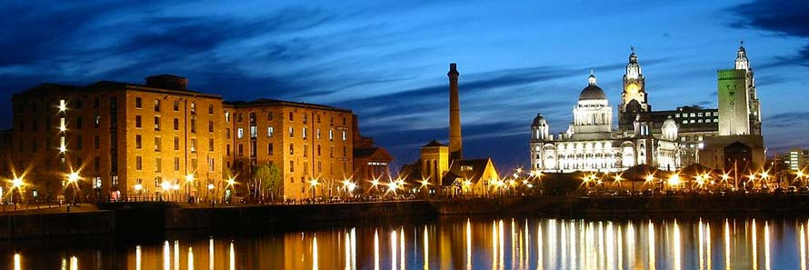 Albert Dock at night (© Arthurv, CC-BY-SA-3.0).
