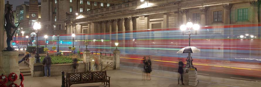 The Bank of England building at night (© mattbuck, CC-BY-SA-4.0)
