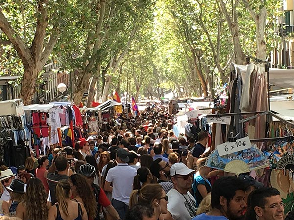 Crowds at El Rastro (© victorgrigas, CC-BY-ASA-3.0).