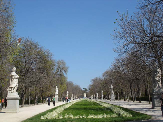 Paseo de la Argentina, a sculpture walk in the Parque del Buen Retiro (© Matthew Verso, CC-BY-ASA-2.0).