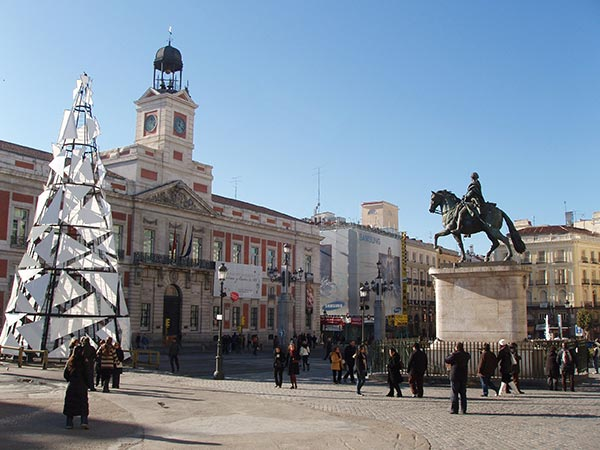 The Puerta del Sol plaza in central Madrid (© emijrp (CC-BY-SA)).