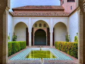 Courtyard garden of the Cuartos de Granada. (© Berthold Werner, CC BY-SA 3.0)