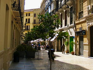 The calle de la Bolsa, a street in the old city centre of Málaga, Spain (© alf.melin, CC BY-SA 2.0)