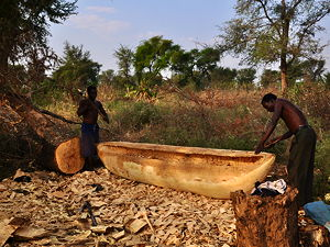 Two men making a dugout in Malawi (© Ludger Heide, CC BY-SA 2.0)