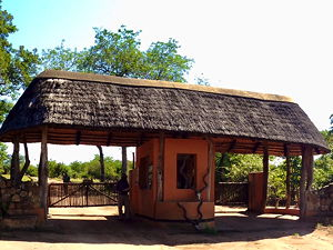 The entrance of Majete Wildlife Reserve in southern Malawi (© Stonyyy, CC BY-SA 3.0)