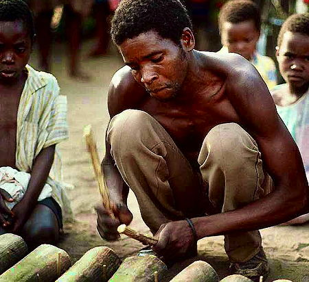 A Malawian man playing a xylophone (© Steve Evans, CC BY 2.0)