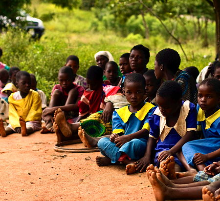 Children attending a farmer meeting in Nalifu village, Mulanje, Malawi. (© Swathi Sridharan, CC BY-SA 2.0)
