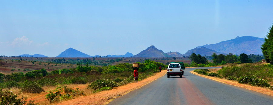 Malawi, road side impressions along the M1 between Blantyre and Lilongwe (© Hansueli Krapf, CC BY-SA 3.0)