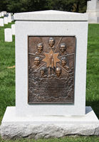The memorial to the crew of the Challenger Rocket, at Arlington National Cemetery, Washington (© Tim1965, distributed under a CCASA 3.0 unported licence).