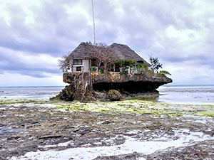 The Rock restaurant at low tide (© Rod Waddington, CC-BY-ASA-2.0).